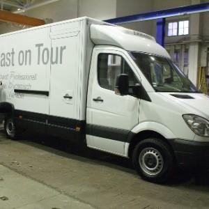 Mercedes-Transporter beschriftet
